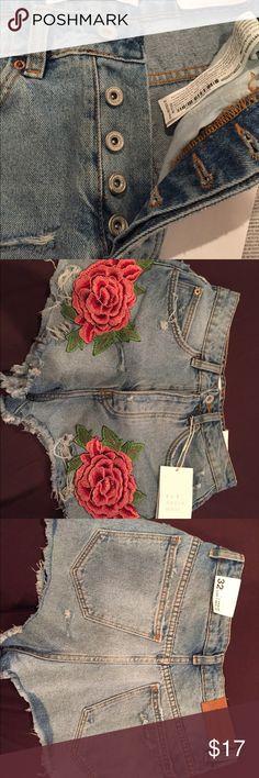 Zara high waisted flower shorts Light denim 2 flowers on the side Highwaisted  Never worn  Size: Eur 32 USA 00 Zara Shorts Jean Shorts