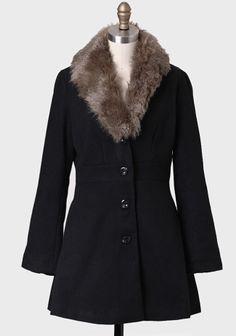 Classic coat with faux fur collar. Sweater Coats, Cozy Sweaters, Cozy Fashion, Fashion Outfits, Fur Trim Coat, Stylish Coat, Faux Fur Collar, Outerwear Women, Coats For Women