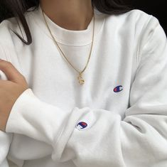 white champion sweatshirt with gold chain Mode Outfits, Trendy Outfits, Fashion Outfits, Grunge Outfits, 90s Fashion, Sweatshirt Outfit, Style Pastel, Champion Clothing, Grunge Look