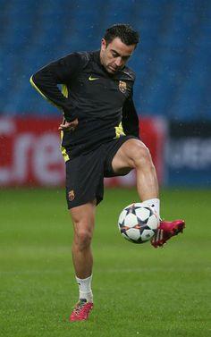 Xavi Hernandez controla un balón