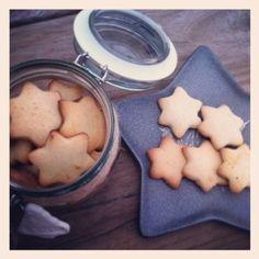 Te enseñamos a hacer galletas navideñas o Plätzchen y decoramos los botes de cristal para regalarlas.