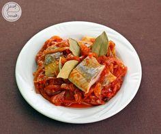 Pyszne śledzie z cebulowo – pomidorowym sosem.