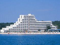 Hotel Gergana 4* Albena  Localizare: Hotel Gergana Albena este situat chiar pe fasia de plaja si e inconjurat de rezervatia naturala Baltata, cunoscuta pentru padurile ei de longoz, cu vegetatie de tip tropical, populate cu specii rare de pasari.. Hotelul a fost complet renovat in 2008.