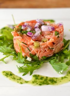 Salmon tartar with arugula oil Salmon Recipes, Veggie Recipes, Fish Recipes, Appetizer Recipes, Healthy Recipes, Carpaccio, Fish And Seafood, Food Menu, Tasty Dishes