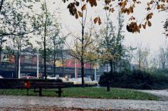 https://flic.kr/p/qXQXPV   Delft spoorzone   Agathaplein voordat het kantoor van de Kamer van Koophandel er stond (foto 1986) De posttreinen en het viaduct zijn door de jaren heen verdwenen.