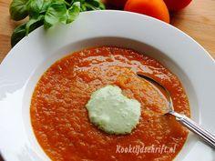 Een lekkere verse tomatensoep. Nu kun je verse tomatensoep natuurlijk op verschillende manieren maken maar deze komt uit de oven