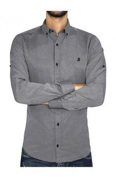 f0562c5d3162 3GUYS Ανδρικό πουκάμισο σε κανονική γραμμή με διακριτικό κέντημα στο  στήθος.Το μοντέλο της φωτογραφίας έχει ύψος 1