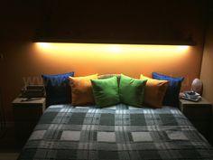 Az ágy feletti polcba beépített LED csíkból származik a melegfehér fényű világítás, amely akár olvasáshoz is felhasználható. Furniture, Home Decor, Decoration Home, Room Decor, Home Furnishings, Arredamento, Interior Decorating