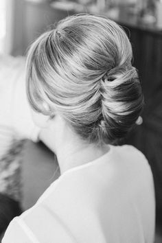 Gorgeous sweep with height at the crown. Requires backcombing and spray. Cut And Style, Cool Style, Glam Style, Bun Hairstyles, Wedding Hairstyles, Bridal Hair Buns, Old Hollywood Glam, Hair Pieces, Beautiful Bride