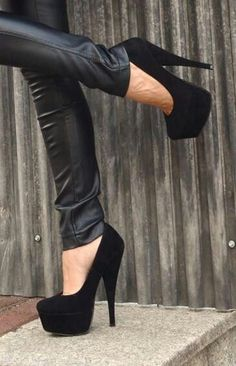 Blog filled with quality pictures of cute high heel shoes including Louboutin, YSL, Prada, Dee Zee...
