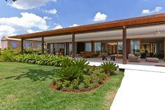 Casa brasileira. Arquiteto: Erick Figueira de Mello. Casa H reúne madeira, vidro e área verde em combinação harmoniosa - Casa e Decoração - UOL Mulher