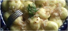 Bramborové knedlíky vás překvapí svou jednoduchostí. Můžete je připravit během několika minut. Skvěle jednoduchý recept - Potato Salad, Potatoes, Chicken, Meat, Pierogi, Ethnic Recipes, Food, Turmeric, Potato