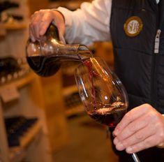 Wöchentliche Weinverkostung für die Weinliebhaber unter den Gästen des 4*S Hotels Bergwelt in Obergurgl, Tirol. Hotel Berg, Red Wine, Alcoholic Drinks, Restaurants, Hotels, Wine Cellars, Red Wines, Restaurant, Alcoholic Beverages