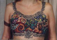 Esta foto, de Custom Tattoo Design, pertenece a Inga Duncan Thornell, una mujer canadiense que fue operada de cáncer de mama y perdió sus senos.    Personalmente me encanta esa coraza de vida que lleva tatuada en el pecho, como una mujer valiente y guerrera que seguramente es.