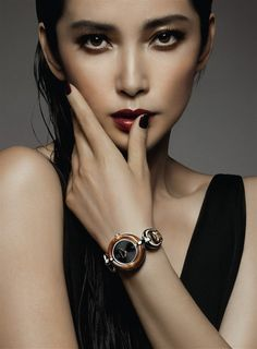 The gorgeous Chinese female actress, Li Bing Bing is the new Gucci girl for the accessory line with a brand-new image. Her bronze, copper and gold hues of makeup exuded modern chic and Italian femininity, which has brought the spirit of Gucci to life so elegantly. https://www.facebook.com/gvmiaovickivictoirefashionistaz