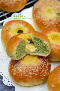 For the matcha enthusiasts, here is one soft and fluffy bread recipe which I recently adapted from several bread recipes to come up wit. Korean Bread Recipe, Fluffy Bread Recipe, Green Tea Cream, Bread Recipes, Cooking Recipes, Cooking Tips, Cream Cheese Bread, Biscuits, Green Tea Recipes