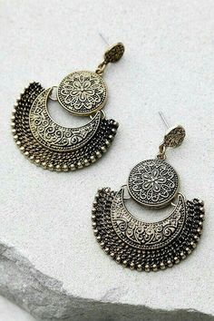 Take the Live Show Gold Earrings out for a night on the town! These unique antiqued gold earrings have swirling, engraved accents. Indian Jewelry, Boho Jewelry, Jewelry Accessories, Fine Jewelry, Jewelry Design, Ethnic Jewelry, Jewelry Art, Jewlery, Or Antique