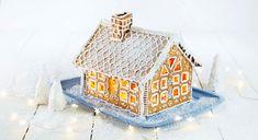 Det er koselig å pynte til jul. Dette pepperkakehuset er julepynt som både er vakkert for øye og godt for ganen. La barna delta i dekoreringen, men jobben med å lage det veldig varme karamell-limet bør en voksen stå for.