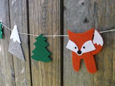 An eye catching felt garland made up of foxes mountains and pine trees making this a sweet adventure or woodland themed decoration for anywhere in your home but especially babies and childrens rooms or a special woodland themed celebration. The shapes are made with thick craft felt and all the sewing is done by hand. The total length of the garland is 143cm. I cut each shape by hand with scissors, and the acrylic felt makes this a highly durable garland that will last many years. Vegan Frie... Idee Baby Shower, Fiesta Baby Shower, Baby Shower Favors, Baby Shower Parties, Baby Shower Themes, Baby Boy Shower, Baby Shower Invitations, Woodland Theme, Woodland Baby