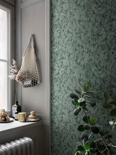 Hannes dark green is a marble-like wallpaper that is beautiful and serene, yet both changeable and vibrant. Here in a beautiful dark green colourway which gives the walls a certain elegance. Eclectic Wallpaper, French Wallpaper, Scandinavian Wallpaper, Unique Wallpaper, Wallpaper Size, Green Wallpaper, Wall Wallpaper, Sandberg Wallpaper, Wallpaper Borders