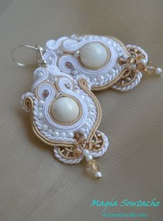 soutache hand made earrings Soutache Earrings, Pearl Earrings, Diy Accessories, How To Make Earrings, Shibori, Beaded Embroidery, Brooches, Jewerly, Jewelry Making