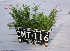 License plate planters by ErikRDavis via Etsy I have some old plates I can use. License Plate Crafts, Cool License Plates, License Plate Art, License Plate Ideas, Flower Plates, Flower Boxes, Green Chandeliers, Design Poster, Design Graphique