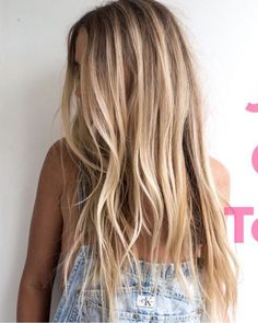 Girls in Los Angeles are dyeing their hair in a few common ways this summer. Blonde Foils, Hair Foils, Beauté Blonde, Brown Hair Balayage, Hair Color Balayage, Beachy Blonde Hair, Blonde Hair Looks, Summer Hairstyles, Cool Hairstyles