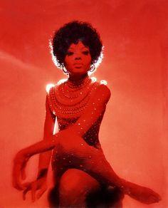 Diana Ross en total look Bob Mackie à Los Angeles en 1974 http://www.vogue.fr/mode/inspirations/diaporama/icnes-le-style-des-party-girls/23979#diana-ross-en-total-look-bob-mackie-los-angeles-en-1974