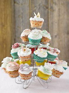 Grunnoppskrift på lyse muffins er superenkel å følge. Bruk gjerne muffinsbrett, og server i bursdag og til fest. Pynt med glasur, bær, nonstop eller nøtter.