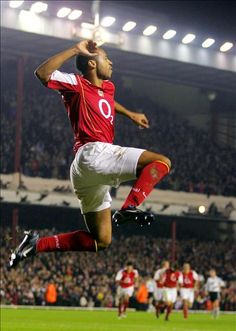Thierry Henry flying, because he can you know. Football Icon, Football Is Life, Arsenal Football, World Football, Soccer World, Football Kits, Football Jerseys, Football Players, Arsenal Fc