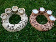 Adventní svícen Adventní svícen na čajové svíčky. Průměr cca 20 cm. Možno svíčky 4 u sebe, 2 a 2 nebo 4 x 1. Barva možná světlá nebo tmavší. Pottery Bowls, Ceramic Pottery, Pottery Art, How To Make Clay, Christmas Clay, Ceramic Light, Lantern Candle Holders, Ceramic Planters, Tea Light Holder