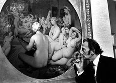 """Les plus belles photos des archives de Paris Match - 1967 - Exposition """"Ingres"""" au Petit Palais. Cent toiles sont présentées à  l'occasion du centenaire de la mort de l'artiste. Le peintre Salvador Dali en train de regarder un détail du tableau le """"bain turc"""". Photo : Izis / Paris Match"""