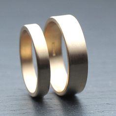 3mm + 5mm flacher Ehering für Sie und Ihn aus 9 Karat Gelbgold, gebürstet - aus recyceltem Gold auf Bestellung #bestellung #ehering #flacher #geburstet #gelbgold #karat #recyceltem,