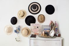 A hat display in a dressing room. Hat Storage, Closet Storage, Interior Styling, Interior Design, Porch Interior, Interior Ideas, Interior Decorating, Hat Display, Display Ideas
