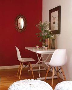 Conexão Décor Paredes coloridas com sugestão de cor no blog da Conexão Décor. Parede vermelha ao lado da mesa de jantar. http://conexaodecor.com/2017/07/paredes-coloridas-com-sugestao-da-cor/ Framboesa Silvestre .Tintas Coral