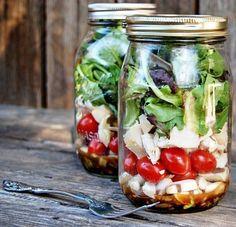#Dica: Salada no Pote de Vidro! É muito fácil de fazer e prático. Comece colocando os molhos e temperos no fundo; a seguir disponha os alimentos mais densos como feijão, lentilha, cenoura, pimentão, rabanete, beterraba, grão de bico, vagem, pepino...; adicione sementes, queijos, milho, ervilha, quinoa, brócolis, couve-flor, tomate, cebola, cogumelos, frango...; e por último finalize com as folhas, como rúcula, espinafre, alface, repolho, agrião... E está pronto! Ah, que delícia!