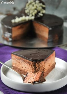 Triple chocolate without (standing format) Triple Chocolate Mousse Cake, Choco Chocolate, Chocolate Desserts, Brownie Recipes, Cake Recipes, Dessert Recipes, Cake Cookies, Cupcake Cakes, Just Desserts