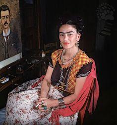 """In fondo, anche Diego Rivera - nonostante il suo comportamento non certo adamatino - amava Frida Kahlo. Ecco una sua descrizione di Frida che Rivera inviò ad un critico d'arte, Sam A. Lewinson.  """"Vi consiglio Frida, non perché sono suo marito, ma in qualità di un entusiasta ammiratore della sua opera. Acida e dolce, dura e affilata [segue]""""  #fridakahlo, #diegorivera, #amore, #tenerezza, #italiano,"""
