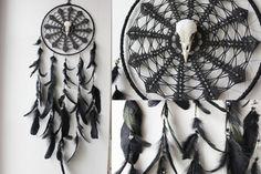 Salem . attrape-rêves plume noir véritable crâne de corbeau ,Swarovski et broderie vintage  décoration pagan sorcellerie magie .