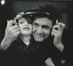 Johnny Cash - Father and son (Subtitulado en español) Johnny Y June, Johnny Cash June Carter, Here's Johnny, Country Music Artists, Country Music Stars, Country Singers, Black White, Black Men, Jim Marshall