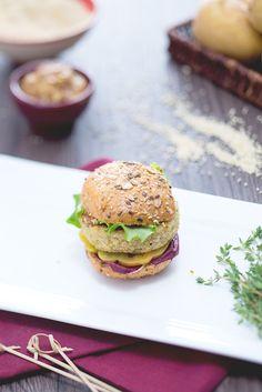 Una ricetta dedicata ai #vegetariani ma che farebbe impazzire anche chi non lo è! Un'alternativa gustosissima al classico hamburger: i #miniburger di #quinoa sono saporiti e ottimi sia caldi che freddi, per un #aperitivo o un #secondo piatto alternativo! #ricetta #GialloZafferano