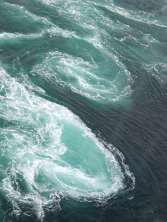 Mixing the water // ocean, sea, waves, spiral, whirlpool Image Nature, All Nature, Amazing Nature, Science Nature, Water Waves, Ocean Waves, Half Elf, Fuerza Natural, Ocean Depth