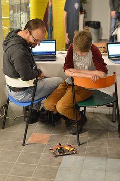 Hauskoja robotteja mönki Tietomaan kahvion lattialla tapahtumapäivän aikana. Luuppi, Oulu (Finland)