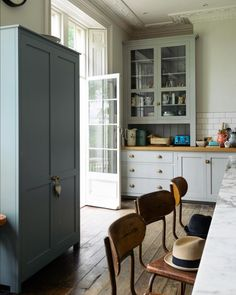 The cupboards are the basis for this kitchen, they are grand and well-proportioned and work so well with the high ceilings and fabulous plaster details. #deVOLKitchens