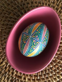 Fun And Cool Easter Egg Designs DIY Where would you be without egg designs for furniture? Even the most basic pieces of furniture, whether dining room tables or a loveseat can look fabul. Cool Easter Eggs, Ukrainian Easter Eggs, Round Kitchen Island, Emu Egg, Types Of Eggs, Carved Eggs, Egg Tree, Easter Egg Designs, Faberge Eggs