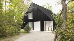 Taking inspiration from the typical architecture of an alpine chalet, canadian design firm la shed have designed this lakeside chalet in lanaudière, quebec. Chalet Design, House Design, Lakeside View, Lakeside Cabin, Porche Chalet, Quebec, Chalet Canada, La Shed Architecture, One Room Cabins