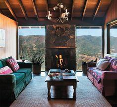"""Para aumentar o conforto térmico na sala de estar e nos outros ambientes, há lã de rocha (roll Max) entre as paredes internas, de angelim, e as externas, de itaúba. """"Cada espécie tem uma característica. Daí a variedade"""", diz o arquiteto"""