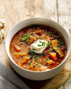 Een stevigere maaltijdsoep dan deze heerlijke goulashsoep zal je niet vinden. Met rundsstoofvlees en paprika. Werk af met een flinke schep zure room.