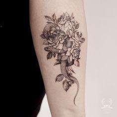 Small snake tattoo by @zihwa_tattooer
