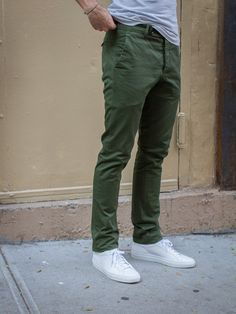 Super how to wear green pants men shoes ideas Green Pants Men, Green Pants Outfit, Dark Green Pants, Khaki Pants, Green Chinos Men, Green Jeans Mens, Casual Pants, Olive Chinos, Olive Pants